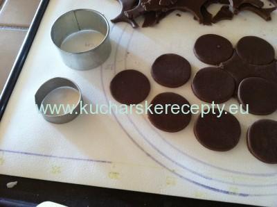 recept kakaove susienky oreo - vykrajovanie